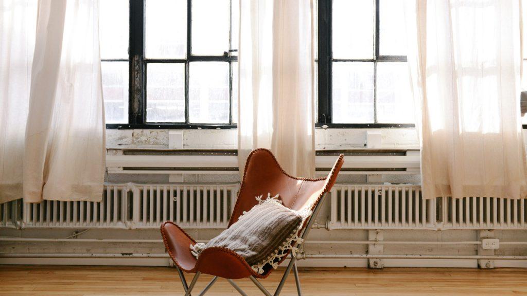 El sillón butterfly combina perfecto en la decoración industrial